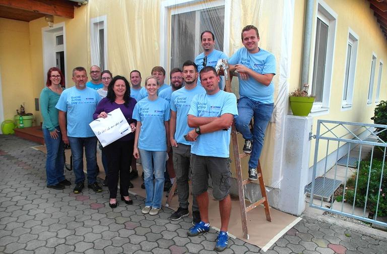 Foto (RDK NÖ): MitarbeiterInnen der Außenwohngruppe und von RETTET DAS KIND NÖ freuen sich über die engagierte Unterstützung des DONAU Teams