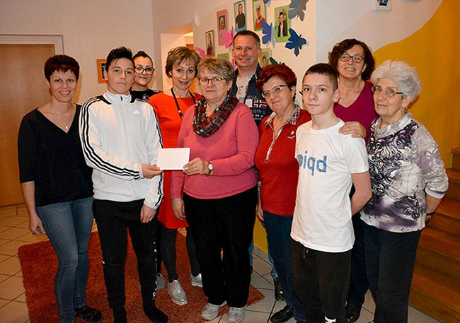 Foto (Schwab): Spendenübergabe in der Wohngruppe